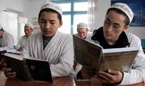 siswa-madrasah-di-karabalta-kirgistan-tengah-belajar-membaca-alquran-